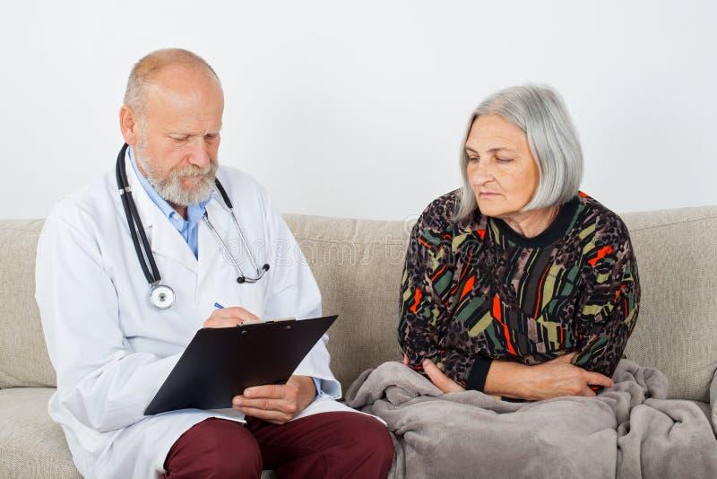 Arts en vrouwelijke patiënt stock afbeelding