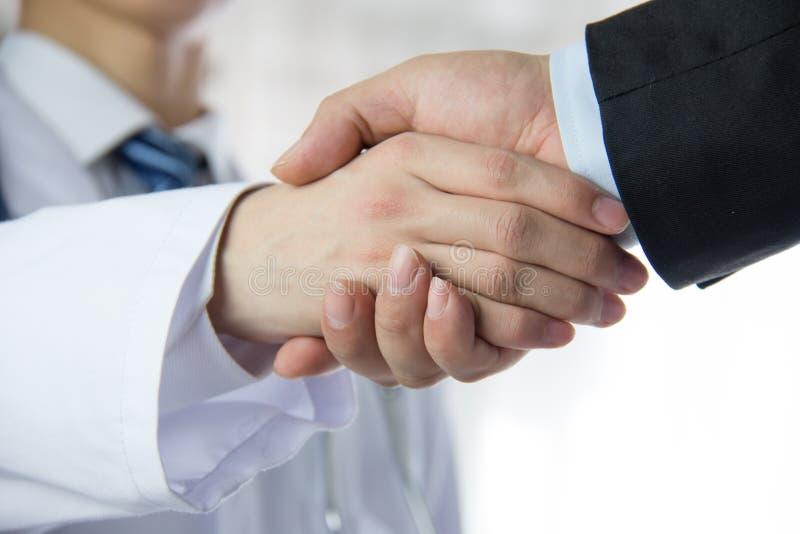 Arts en zakenman het schudden handen stock afbeelding