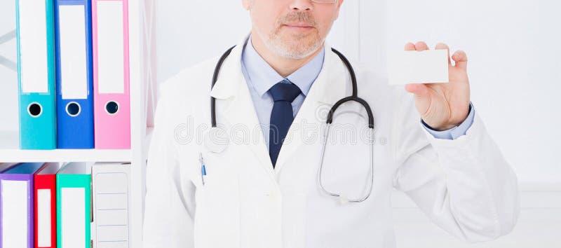 Arts in het adreskaartje van de het ziekenhuisgreep, medische verzekering, mens in witte eenvormig De ruimte van het exemplaar stock afbeelding
