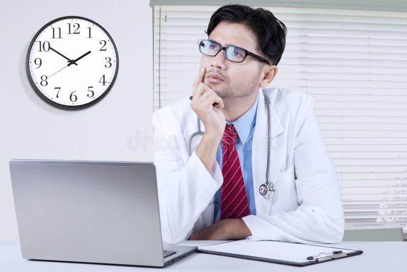Arts het denken idee in de kliniek stock foto