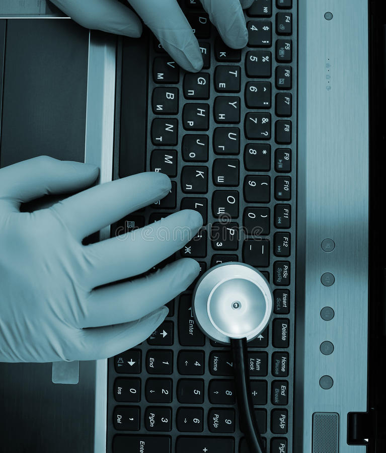 Arts het typen op laptop in de werkplaats stock afbeeldingen