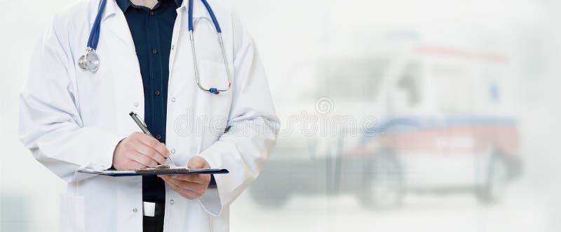 Arts in het ziekenhuis met ziekenwagen op achtergrond royalty-vrije stock afbeeldingen