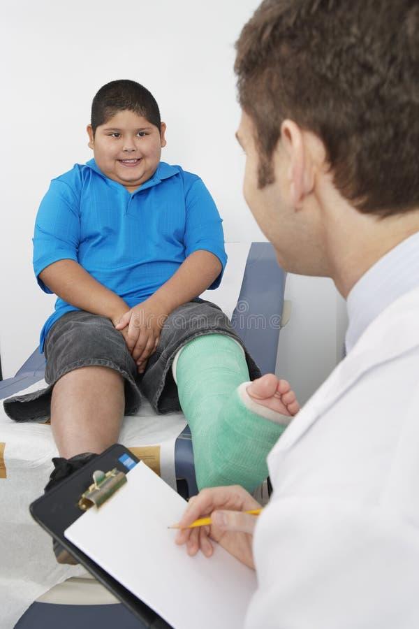 Arts Interviewing Boy Patient royalty-vrije stock afbeeldingen