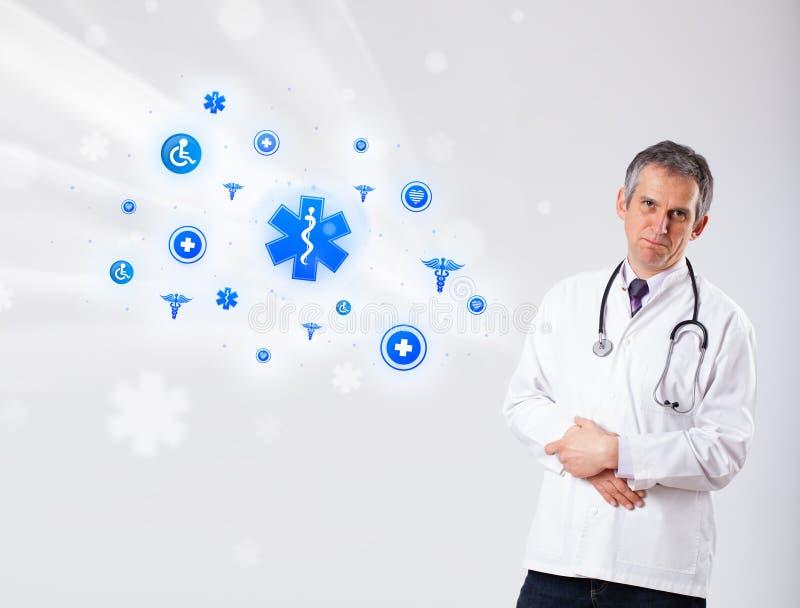 Arts met blauwe medische pictogrammen royalty-vrije stock fotografie