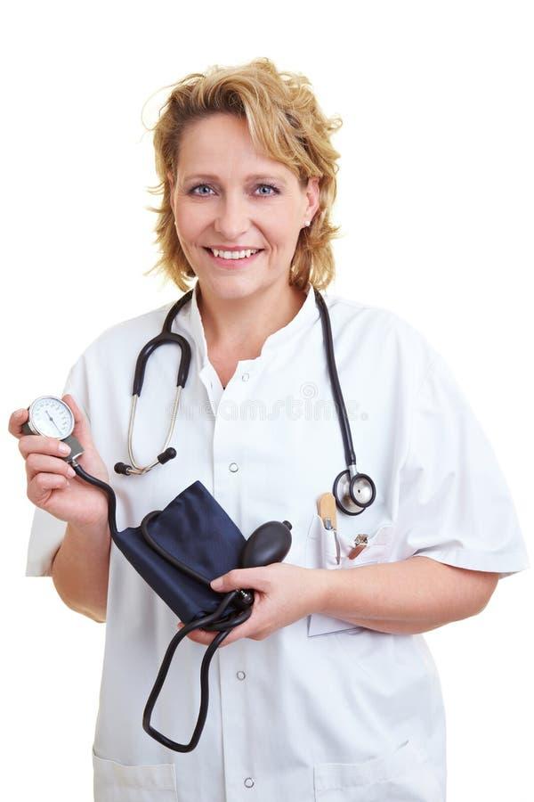 Arts met bloeddrukmeter stock afbeeldingen