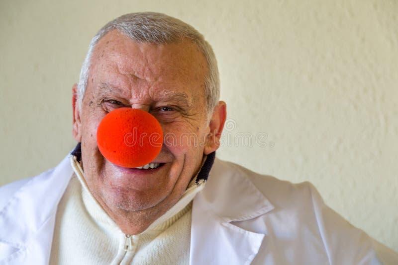 Arts met clown rode neus royalty-vrije stock fotografie