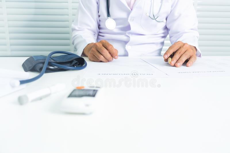 Arts met de monitor van het harttarief en de monitor van de bloedglucose stock fotografie