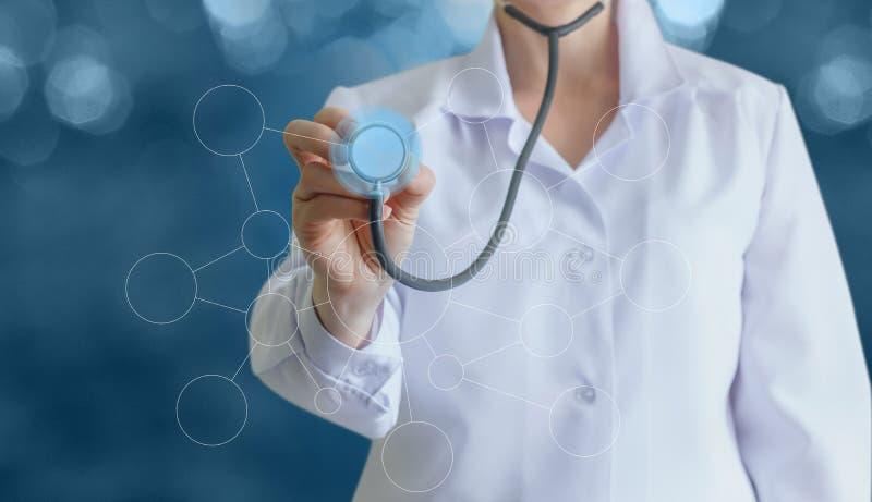 Arts met een stethoscoop in de handen stock afbeelding