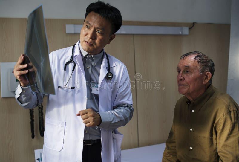 Arts met geduldige x-ray film stock afbeeldingen