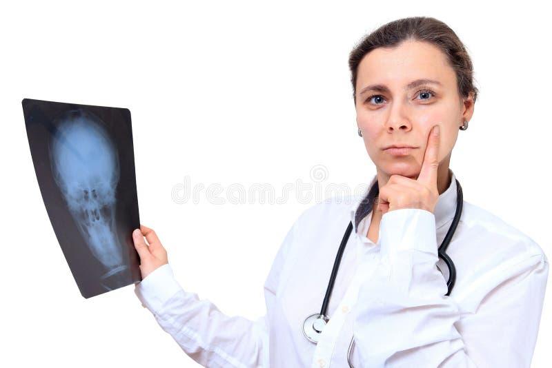 Arts met het beeld van de R?ntgenstraal Vrouw Artsengedachten over de resultaten van x ray beeld stock afbeelding