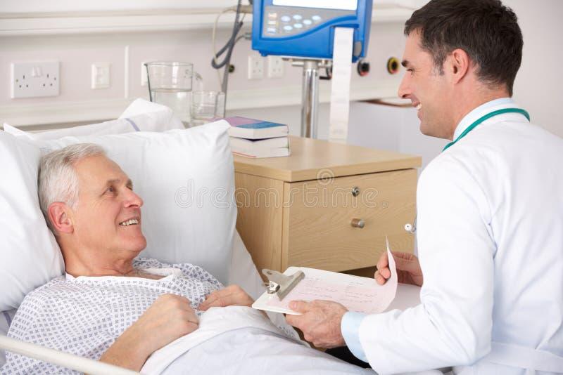 Arts met hogere mannelijke patiënt stock foto's