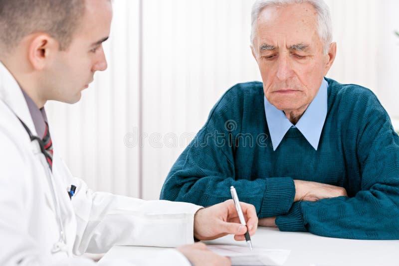Arts met hogere patiënt stock fotografie