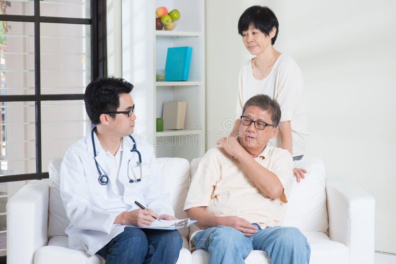 Arts met hogere patiënt royalty-vrije stock afbeeldingen