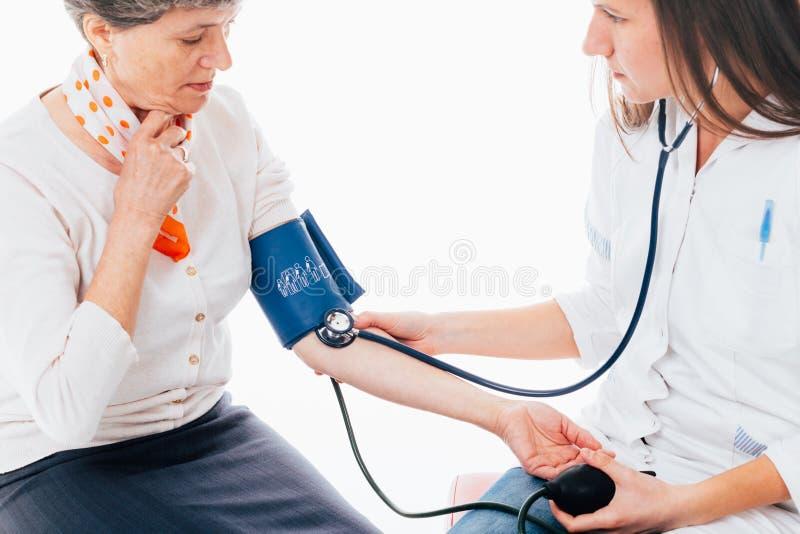 Arts met hogere vrouw stock foto's