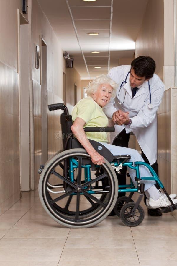 Arts met Patiënt op Wielstoel royalty-vrije stock foto