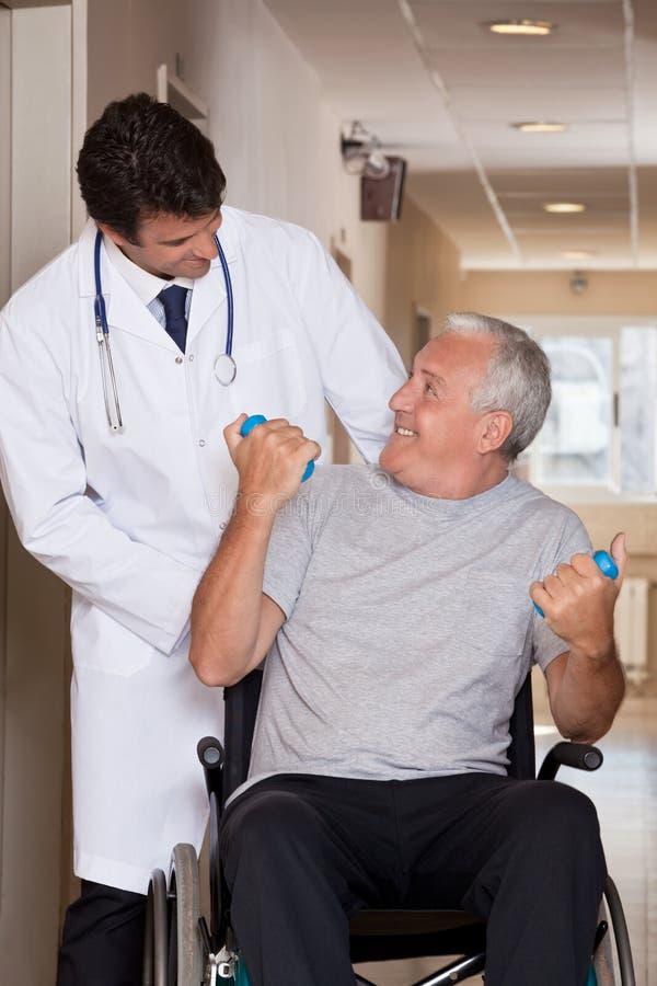 Arts met Patiënt op Wielstoel royalty-vrije stock afbeeldingen