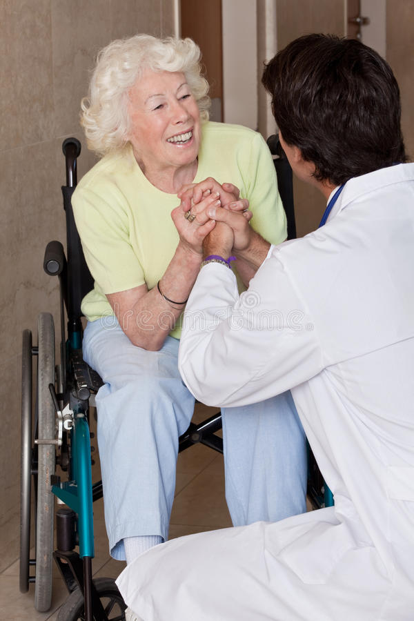 Arts met Patiënt op Wielstoel stock fotografie