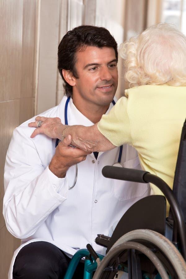 Arts met Patiënt op Wielstoel stock foto