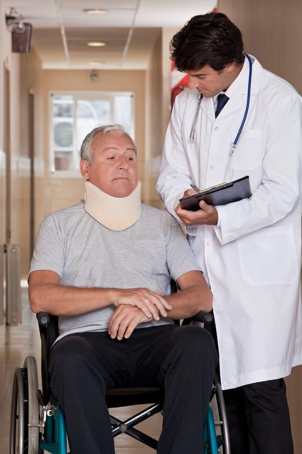 Arts met Patiënt in Rolstoel stock foto