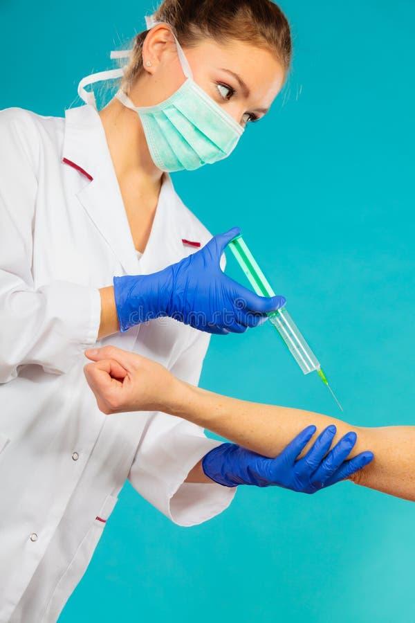 Download Arts Met Spuit Die Injectie Geven Aan Patiënt Stock Afbeelding - Afbeelding bestaande uit gezondheid, vaccin: 54091367