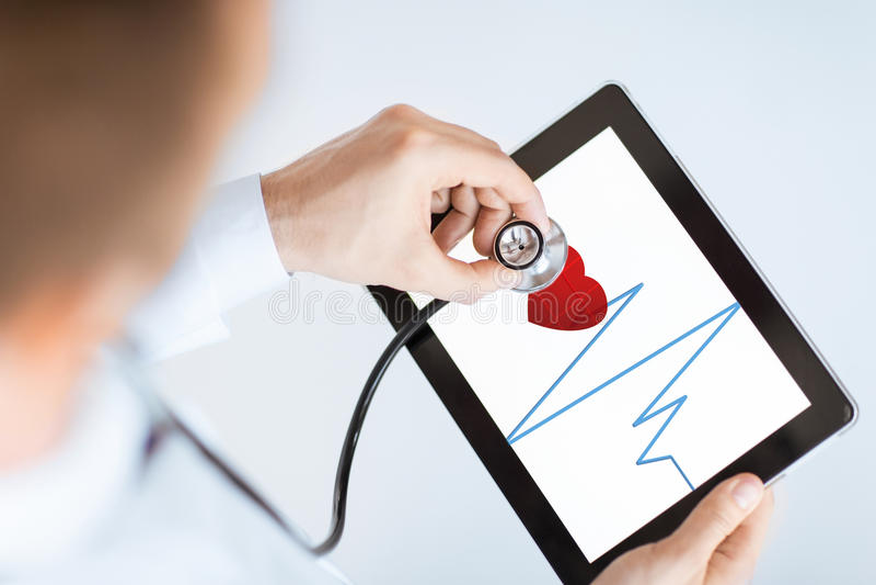 Arts met stethoscoop en tabletpc royalty-vrije stock foto