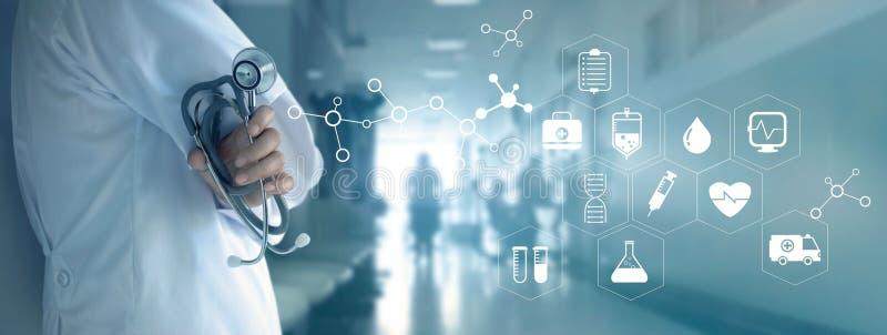 Arts met stethoscoop en wit pictogram medisch op het ziekenhuis backg stock foto