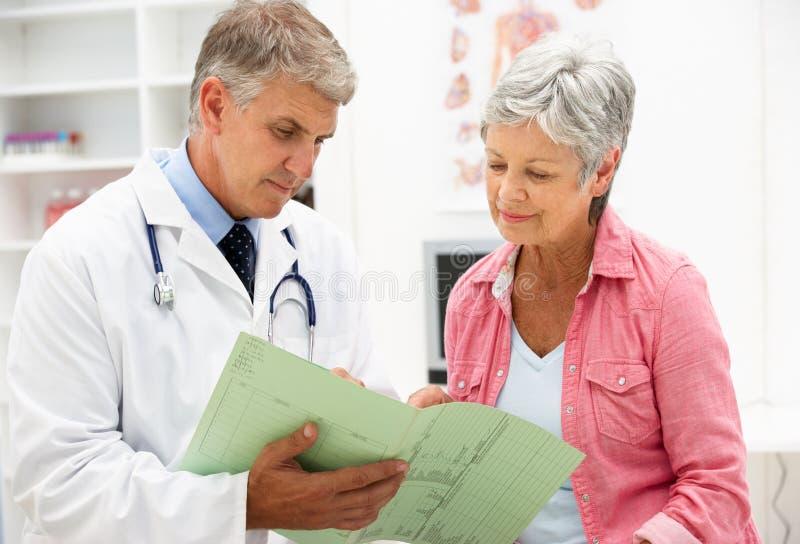 Arts met vrouwelijke patiënt stock foto