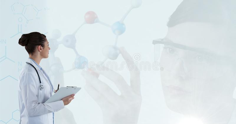 Arts nota's vangen en wetenschapper die met molecules werken royalty-vrije stock fotografie