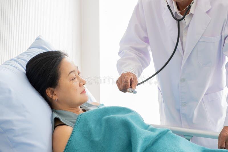 Arts over de ziekte van de vrouwelijke pati?nt in het ziekenhuis wordt gesproken dat royalty-vrije stock afbeeldingen