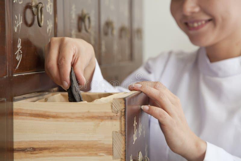 Arts Taking Herb Used voor Traditionele Chinese Geneeskunde uit een Lade royalty-vrije stock foto