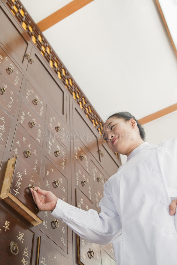 Arts Taking Out Herbs voor Traditionele Chinese Geneeskunde wordt gebruikt die royalty-vrije stock foto