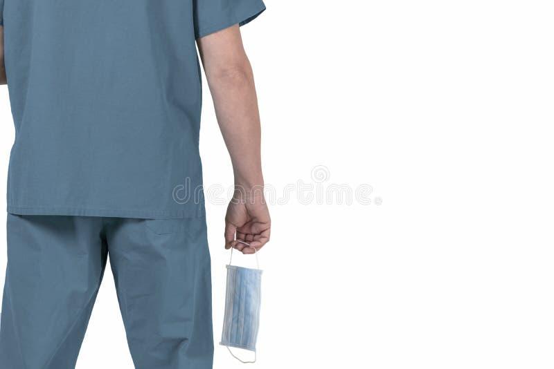 Arts van zijn rug, die beschermend gezichtsmasker houden stock foto's