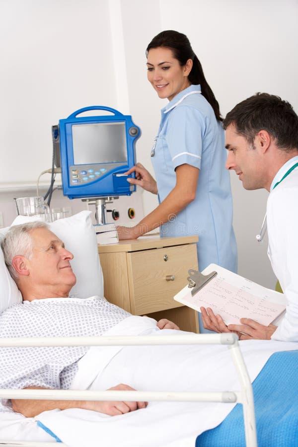 Arts, verpleegster en patiënt in het Ziekenhuis van de V.S. stock afbeelding