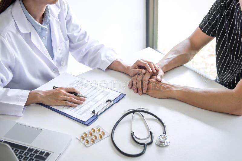 Arts wat betreft geduldige hand voor aanmoediging en empathie in het ziekenhuis, het toejuichen en steunpatiënt, Slecht medisch n royalty-vrije stock afbeelding