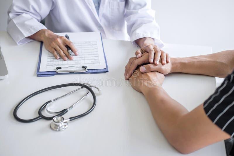 Arts wat betreft geduldige hand voor aanmoediging en empathie in het ziekenhuis, het toejuichen en steunpatiënt, Slecht medisch n stock foto