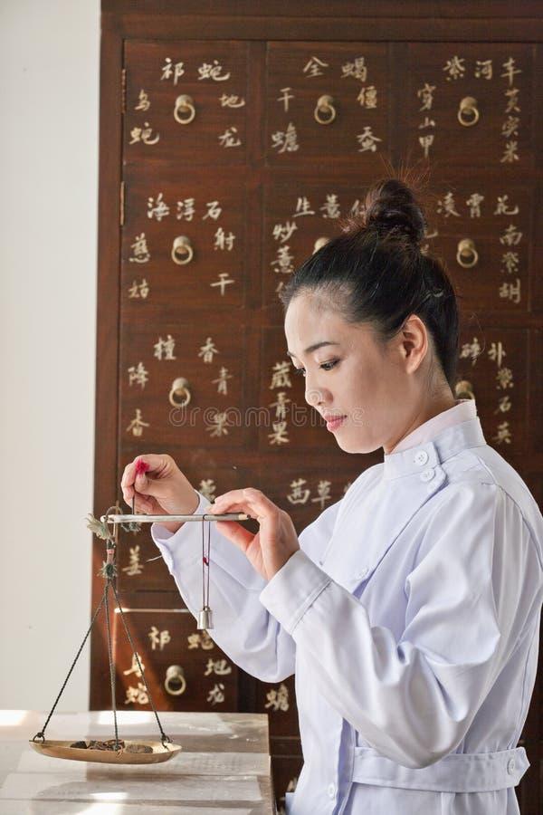 Arts Weighing Herbal Medicine met Schaal stock foto