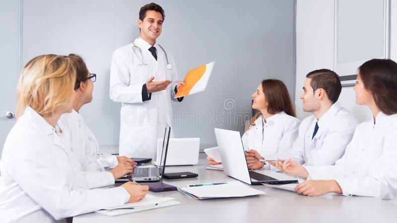 Artsen belangrijkste toespraak op vergadering royalty-vrije stock afbeelding