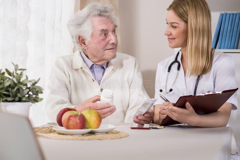 Artsen bezoekende patiënt thuis royalty-vrije stock afbeelding