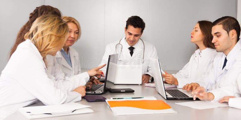 Artsen in conferentieruimte stock afbeelding