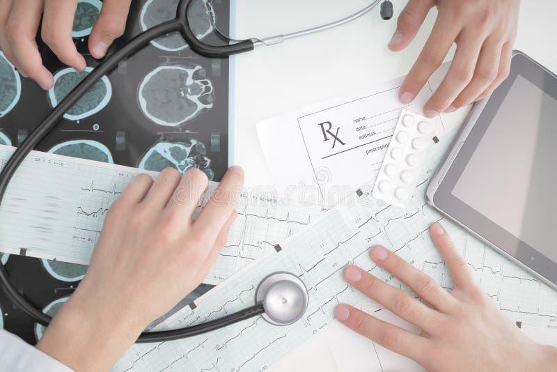 Artsen die bij het bureau in het ziekenhuis werken royalty-vrije stock afbeeldingen