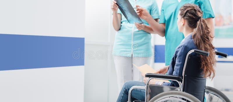 Artsen die de medische dossiers van de patiënt onderzoeken royalty-vrije stock afbeeldingen