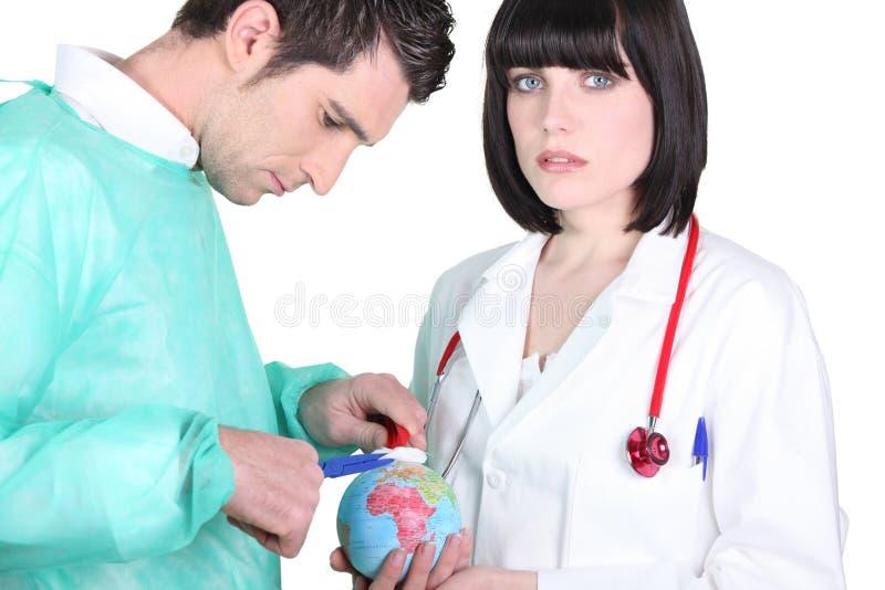 Artsen die een minibol behandelen royalty-vrije stock foto's