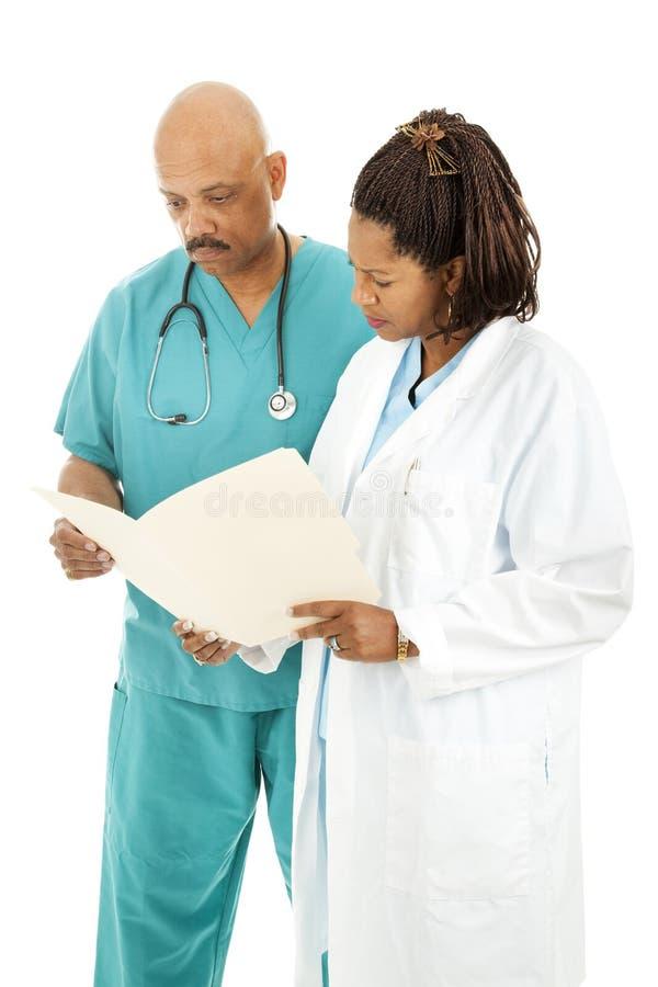 Artsen die Grafiek lezen stock fotografie