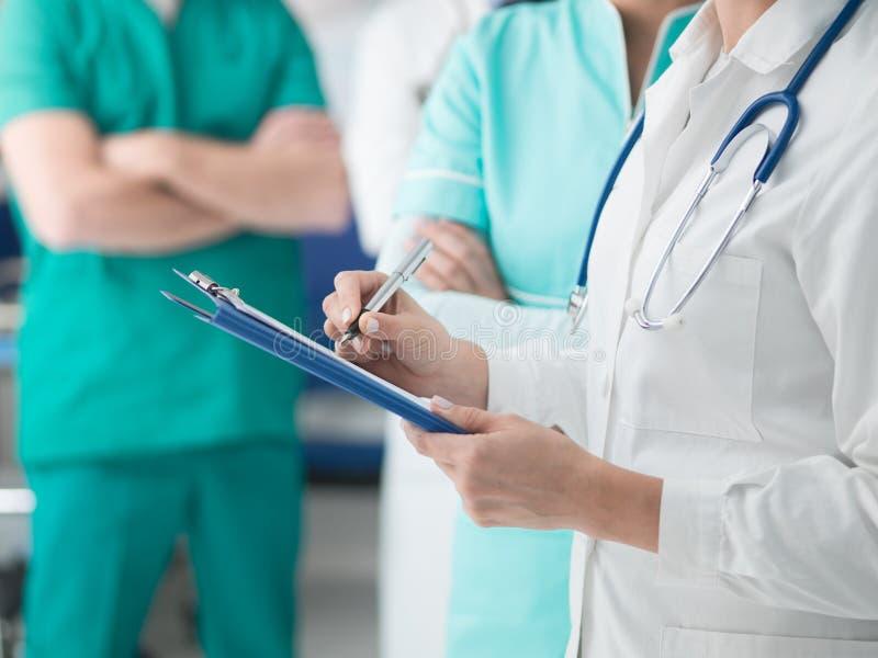 Artsen die medische dossiers controleren stock foto's