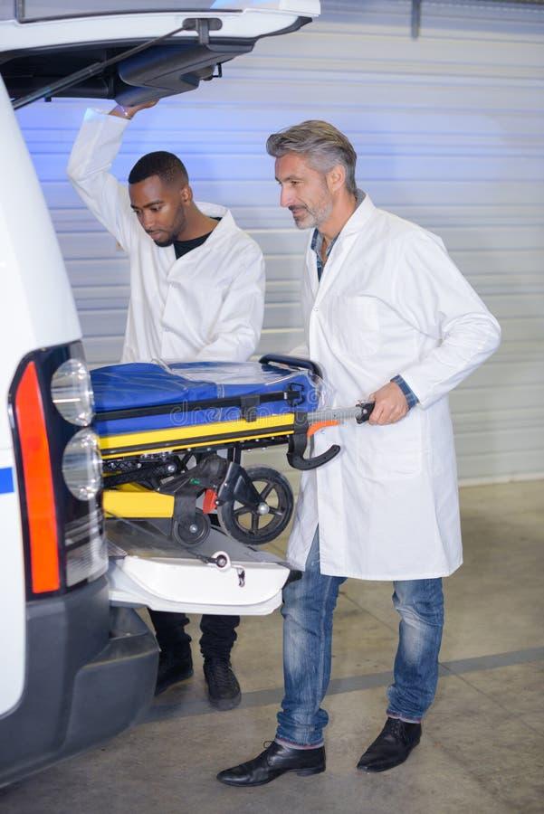 Artsen die met ziekenwagen werken royalty-vrije stock foto