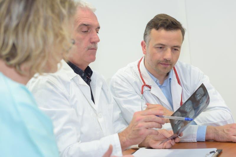 Artsen die Röntgenstraal bekijken royalty-vrije stock fotografie