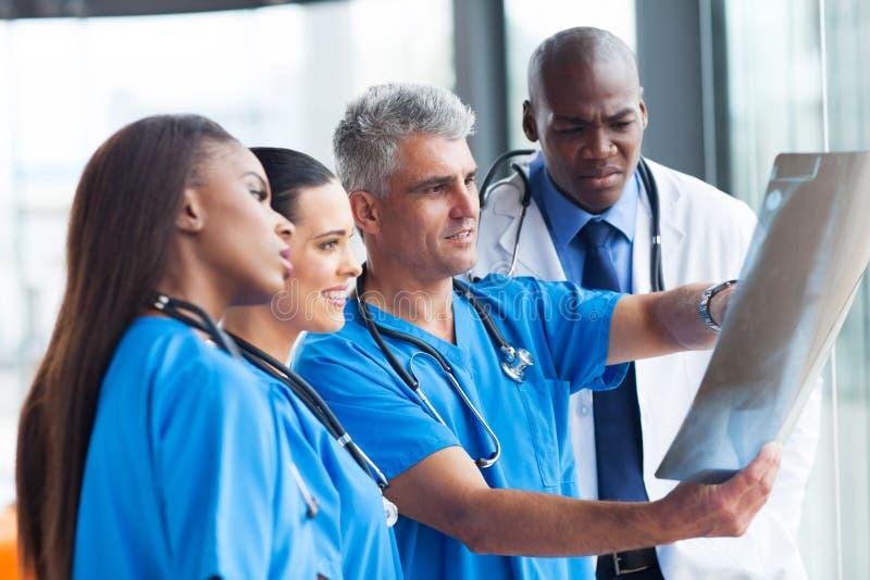Artsen die x-ray kijken stock foto's