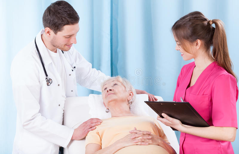Artsen en bejaarde patiënt royalty-vrije stock foto