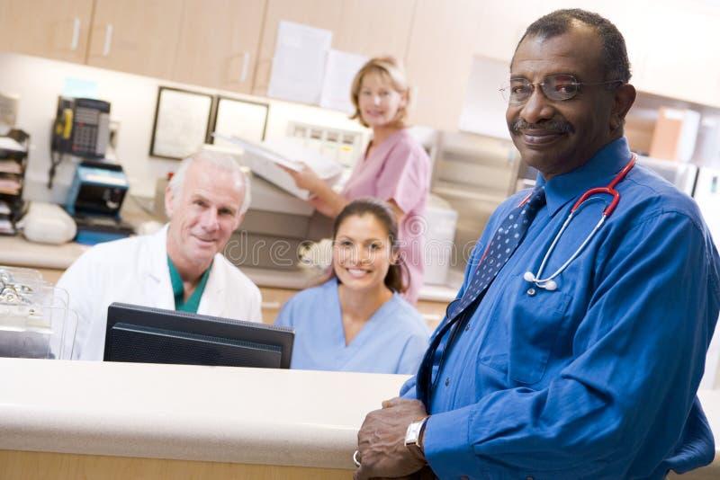 Artsen en Verpleegsters bij de Ontvangst stock afbeeldingen