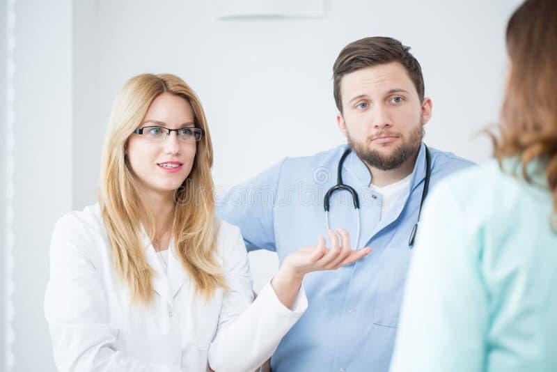 Artsen in het ziekenhuis stock afbeelding